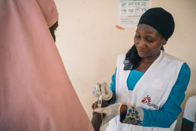 Member of MSF Nigeria Emergency Response Unit (NERU) attends a woman in the meningitis treatment center run by MSF in Sokoto Mutalah Mohamad Hospital.