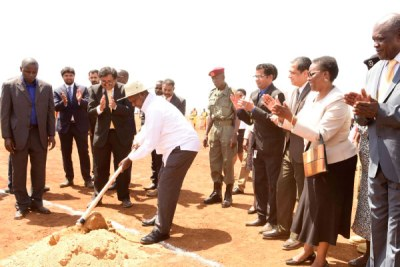 President Museveni mixes sand and cement at the ground breaking ceremony of the Fuel Storage Terminal and Lake Victoria Fuel Transportation Project .