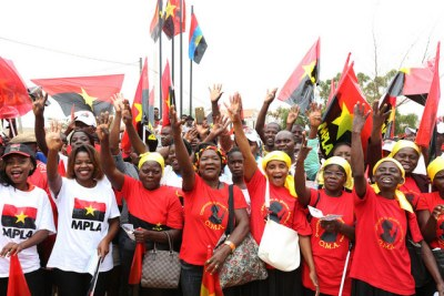 Ruling party MPLA supporters (file photo)