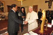 Le Saint-Père a reçu le Président de la République du Cameroun, accompagné de la Première Dame Chantal BIYA. Cette rencontre au sommet a été marquée par un tête-à-tête entre le Pape François et S.E. Paul BIYA.