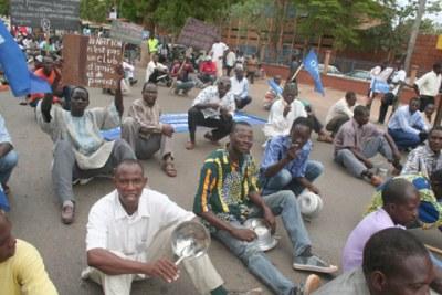 Manifestatants burkinabe contre a vie chere, avec des casseroles vides le 14 mai 2008