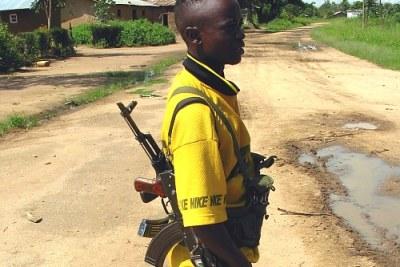 Un jeune membre du groupe rebelle de Thomas Lubanga à Bunia en 2003.