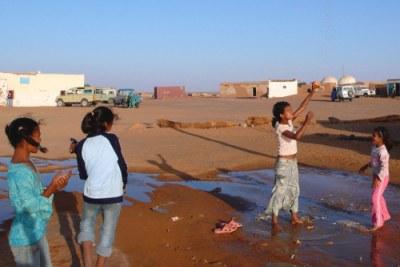 Des petites filles jouant avec l'eau