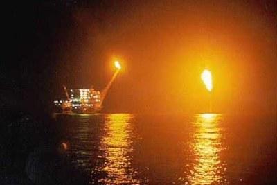 Le pétrole  s'enflammant d'une plate-forme nigériane.
