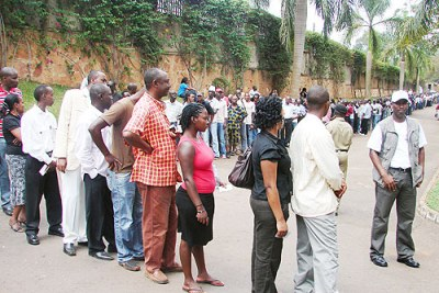 Rwandans queue to cast their votes (file photo).