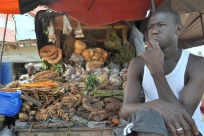 Un vendeur ivoirien au marché d'Abidjan.
