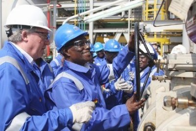 President John Atta Mills turns on Ghana's first oil flow.