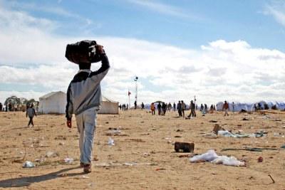 Un réfugié arrivant au camp entre la Libye et la Tunisie.