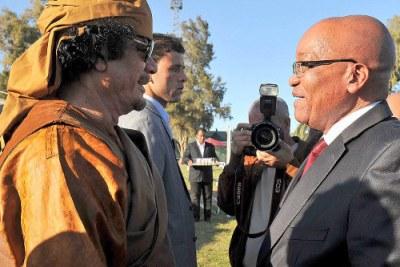 Président Jacob Zuma avec Muammar Gaddafi.