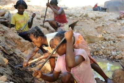 Exploitation illicite de pierres précieuses à Madagascar