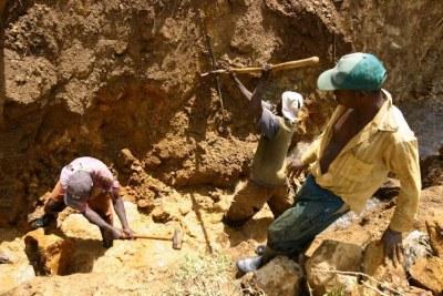 Des creuseurs dans une mine artisanale de cassitérites, Sud Kivu, 2006