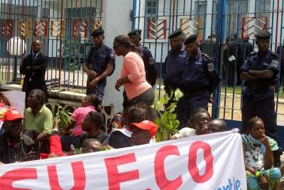 Sit-in de quelques enseignants membres du Syeco devant la primature.
