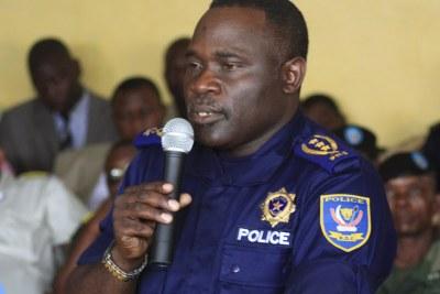 Le général John numbi de la Police Nationale Congolaise répond aux questions des juges militaires ce 27/01/2011 à la prison centrale de makala à Kinshasa, lors du procès chebeya.