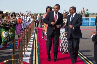 Les couples présidentiels Obama et Kikwete regardant les artistes lors d'une cérémonie de bienvenue à l'aéroport international Julius Nyerere à Dar es Salaam, en Tanzanie, le 1er juillet 2013.