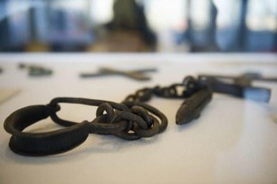 Des chaînes utilisées pour attacher les esclaves, figurant dans une exposition organisée pour la Journée internationale du souvenir de la traite négrière et de son abolition.