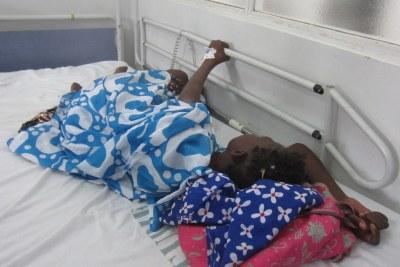 Une patiente sénégalaise tétanisée par la douleur, dans un hôpital où, il y a une pénurie de morphine, médicament qui est censé la soulager.