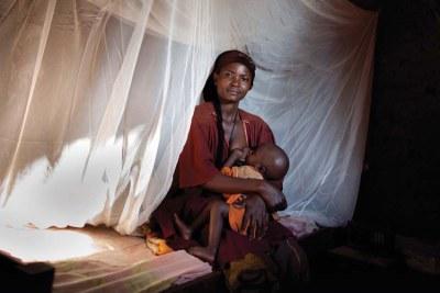 Une femme sous une moustiquaire