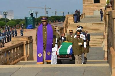 Le corps de l'ancien président Nelson Mandela est arrivé à l'Union Buildings à Pretoria.