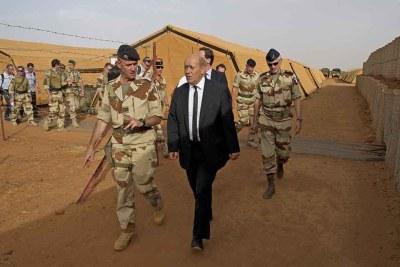 Jean-Yves Le Drian, ministre de la défénse française en compagnie de soldats.