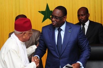 Le président Macky Sall recevant le rapport de la Commission nationale de réformes des institutions (CNRI) des mains de Amadou Mokhtar Mbow