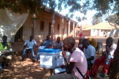 Dans un bureau de vote du quartier de Bairro, à Bissau, ce dimanche 13 avril 2014.