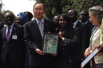 Le Secrétaire général des Nations Unies, Ban Ki-moon, a adopté samedi à Nairobi, au Kenya, un lionceau pour marquer son soutien à la lutte contre le trafic des animaux sauvages.