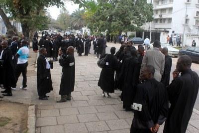 Des magistrats devant la primature, lors d'une marche de protestation contre leurs conditions de travail - archive
