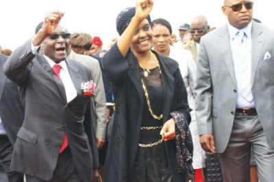 President Robert Mugabe and his wife greet supporters at the Harare international airport. (File Photo)