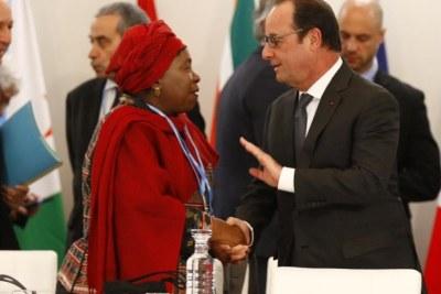 La chef de la commission de l'UA, Nkosazana Dlamini-Zuma et François Hollande, le 1er décembre 2015 lors du mini-sommet «défli climatique et solutions africaines»..