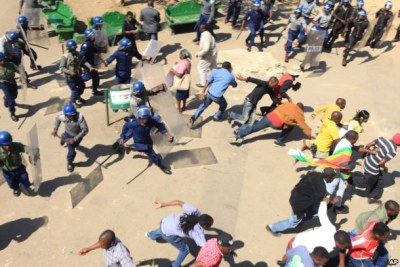 Zimbabwean riot police clash with protestors (file photo).