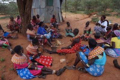 Les femmes de Samburu, au Kenya, se rassemblent pour des discussions publiques où elles disent publiquement non aux mutilations génitales féminines.
