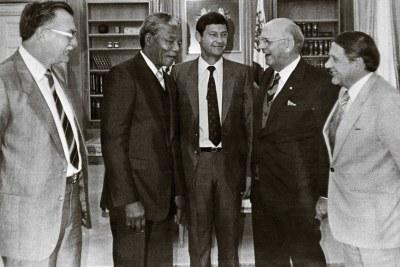 Nelson Mandela, toujours prisonnier, rencontre le président de l'ère de l'apartheid, P. W. Botha en 1989, avant sa libération en février 1990.