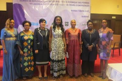 Membres du Panel  ''Elles Inspirent'', qui s'est tenu ce mardi 7 mars, entre des Femmes Leaders en médecine, en aéronautique, en administration publique et en commerce avec des filles âgées de 16 à 20 ans en vue de les orienter et les inspirer dans leurs projets d'avenir. C'était en marge du panel sur « L'autonomisation économique des femmes  et l'accès des filles à l'école : vecteur de l'émergence en Afrique ».
