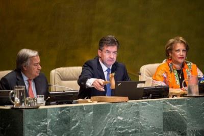 Miroslav Lajcák (au centre), Président de la 72e session de l'Assemblée générale des Nations Unies, ouvre la première réunion de cette session, avec à ses côtés le Secrétaire général de l'ONU, António Guterres, et la Secrétaire générale adjointe Catherine Pollard