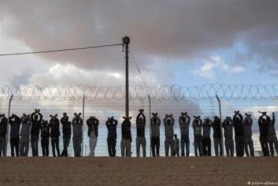 Des migrants africains, devant le centre de rétention de Holot, en Israël