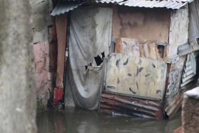 Une maison inondée par les eaux de pluie à Kinshasa