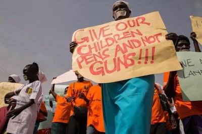Manifestation de femmes sud-soudanaises contre le recrutement d'enfants soldats, tenue à Juba le 9 décembre 2017. Donnez à nos enfants des stylos pas des armes, peut-on lire sur les pancartes.