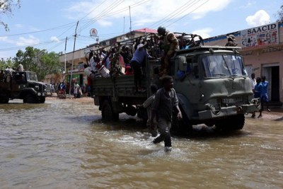 An Amisom vehicle moving civilians to higher ground from floods affected areas in Beledweyne town, the capital of Hiran region, about 335 km north of Mogadishu, on 27 April 2018 (file photo).