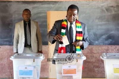Le Président Mnangagwa entrain de voter