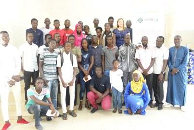Des élèves et enseignants de Thiès posent à la fin d'une formation sur le codage informatique, le 11 août 2018 au Sénégal