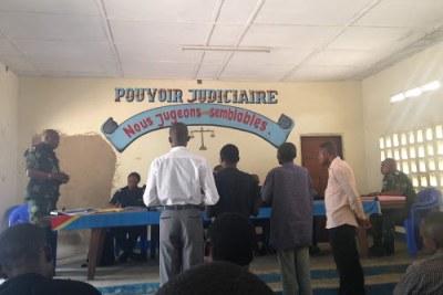 En avant-plan, de gauche à droite, le témoin Jean-Bosco Mukanda et les prévenus Vincent Manga et Bula ainsi que l'interprète du procès du meurtre des experts de l'ONU au Kasaï au cours de l'audience du lundi 3 septembre 2018 au tribunal militaire de Kananga