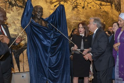 Secretary-General António Guterres (right), María Fernanda Espinosa Garcés (centre right), President of the seventy-third session of the General Assembly, and Matamela Cyril Ramaphosa (left), President of the Republic of South Africa, unveil the Nelson Mandela Statue gifted to the United Nations by the Republic of South Africa. At far right is Deputy Secretary-General Amina Mohammed.