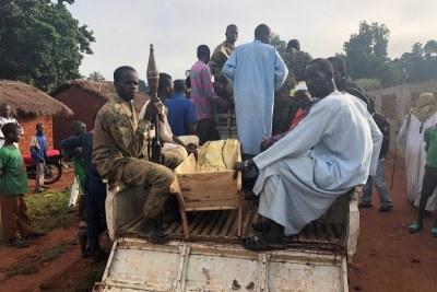 Des civils et des combattants Seleka du Front populaire pour la renaissance en Centrafrique (FPRC) déplacent le corps de Mariam Hussein pour son inhumation le 22 septembre 2018. Mariam Hussein avait été tuée la veille au soir par des combattants anti-balaka à l'extérieur du quartier de Borno.