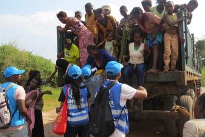 Des femmes et des enfants congolais arrivent à un poste frontière à Chissanda, dans le Lunda Norte, en Angola, après avoir fui des attaques de milices dans la province du Kasaï, en République démocratique du Congo (archives)