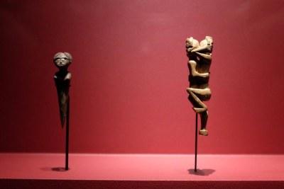 Figurines anthropomorphe (fin du XIXe, début du XXe siècle) dans l'exposition « Madagascar, arts de la Grande Île » au musée du Quai Branly.