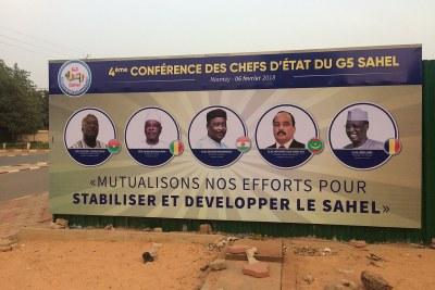 Un panneau d'affichage à Niamey (Niger) annonçant le sommet des chefs d'Etat du G5-Sahel en février 2018.