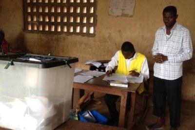 Opérations de vote dans un lycée de Lomé, Togo, le 25 juillet 2013. (Image d'archive)