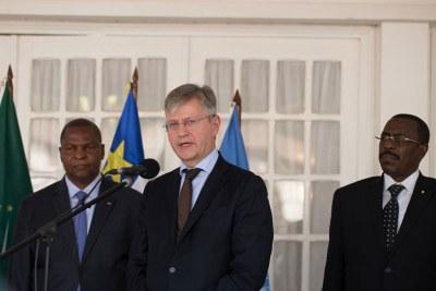 Le chef des opérations de paix de l'ONU, Jean-Pierre Lacroix (au centre), s'adresse aux journalistes lors d'un point de presse à Bangui, en République centrafricaine, aux côtés du Président de la RCA, Faustin Archange Touadéra.
