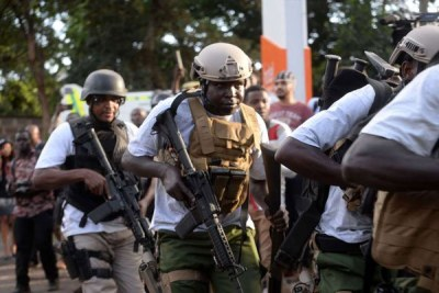 Les forces de sécurité arrivent au 14 Riverside Drive, qui a été attaqué par des présumés terroristes le 15 janvier 2019.