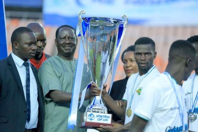 ODM leader Raila Odinga (third left) presents a trophy to Kariobangi Sharks players after the match against Bandari in the SportPesa Cup final at National Stadium in Dar es Salaam, Tanzania, January 27, 2019.